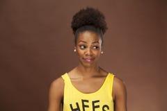 De Afrikaanse Amerikaanse vrouw toont emotie met gezichtseigenschappen Stock Foto
