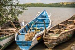 De Afrikaanse dugout kano's bonden op de kusten van Meer Victoria, Kenia samen royalty-vrije stock foto's