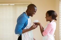 De Afrikaanse echtgenoot van de vrouwenkoffie stock fotografie