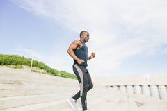 De Afrikaanse jonge mensenatleet voert met energie in bleachers op Royalty-vrije Stock Foto