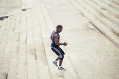 De Afrikaanse jonge mensenatleet voert met energie in bleachers op Stock Fotografie