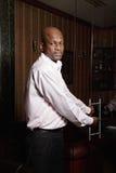 De Afrikaanse mens heet in zijn bureau welkom Royalty-vrije Stock Foto