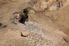 De Afrikaanse mens houwt steen Stock Foto's