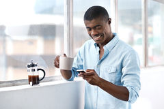 De Afrikaanse mens van de koffietelefoon royalty-vrije stock foto