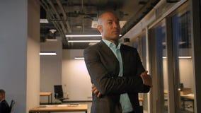 De Afrikaanse ondernemer is nieuwe bedrijfseigenaar status vol vertrouwen voelend stock footage