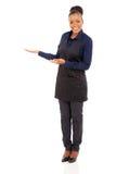 De Afrikaanse serveerster heet welkom Stock Afbeeldingen