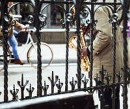 De Afrikaanse speeljazz van de straatmusicus op saxofoon werpt rooster stock foto