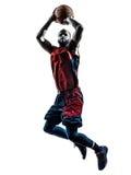 De Afrikaanse speler die van het mensenbasketbal werpend silhouet springen Stock Foto