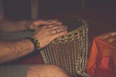 De Afrikaanse traditionele trommel afzonderlijk op een witte achtergrond Stock Fotografie