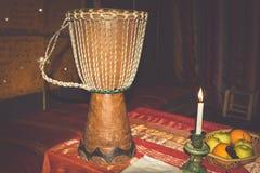 De Afrikaanse traditionele trommel afzonderlijk op een witte achtergrond Royalty-vrije Stock Foto's