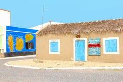 De Afrikaanse uitstekende kleurrijke huizen van de koffiebar, Palmeira, Kaapverdië Stock Fotografie