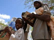 De Afrikaanse vader en de zoon ontvingen hulp stock afbeeldingen