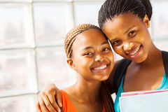 De Afrikaanse vrienden van het universiteitsmeisje Royalty-vrije Stock Foto