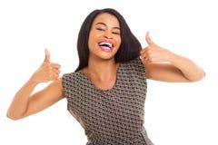 De Afrikaanse vrouw beduimelt omhoog stock afbeelding