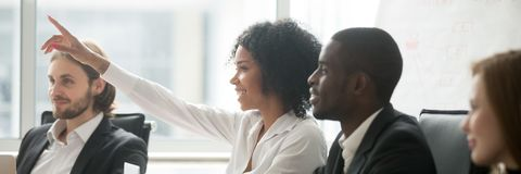 De Afrikaanse vrouw heft hand op stelt vraag tijdens seminarie bij bestuurskamer royalty-vrije stock foto's