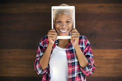 De Afrikaanse Vrouwen Digitale Tablet Gezicht Behandelde het Glimlachen Technologie bedriegt stock foto's