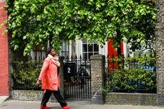 De Afro-Amerikaanse bedrijfsvrouw loopt door de stad Stock Foto's