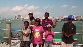De Afro-Amerikaanse familie zingt een lied op de kust van de Golf van Siam in Pattaya Deel 3