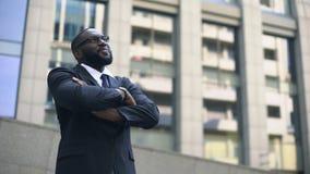 De Afro-Amerikaanse mens in kostuum kijkt omhoog in rooskleurige die toekomst, voor succes wordt gemotiveerd stock video
