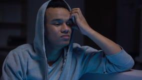 De Afro-Amerikaanse tiener kijkt schuldig, beschaamd en gefrustreerd, bezorgdheid en spanning stock footage