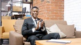 De Afro-Amerikaanse Zakenman Clapping, juicht toe royalty-vrije stock fotografie