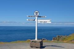 De afstand voorziet bij Land's End, Penwith-Schiereiland, Cornwall, Engeland van wegwijzers royalty-vrije stock afbeelding