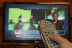 De afstandsbediening van de holdingsTV van de hand royalty-vrije stock afbeelding