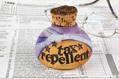 De afstotende fles van de belasting en belastingsvorm stock foto