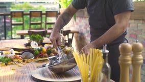 De de afstraffingseieren van de chef-kokkok met keuken zwaaien in kom voor het kneden van deeg in bakkerij Kok die eieren voor he stock footage