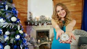 De aftelprocedure aan de viering van het nieuwe jaar, gelukkig meisje toont klok in het handportret van festively geklede jongelu stock video