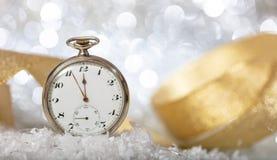 De aftelprocedure van de nieuwjarenvooravond Notulen aan middernacht op een oud horloge, bokeh feestelijk stock afbeeldingen