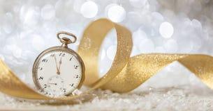 De aftelprocedure van de nieuwjarenvooravond Notulen aan middernacht op een oud horloge, bokeh feestelijke achtergrond stock fotografie
