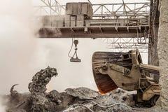 De afvalbeheer metallurgische industrie Het leegmaken van hete slakken door vrachtwagenvervoerder stock foto