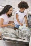 De Afwasmachine van de Lading van de moeder en van de Dochter Stock Foto
