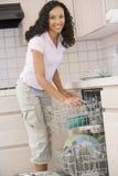 De Afwasmachine van de Lading van de vrouw stock afbeeldingen