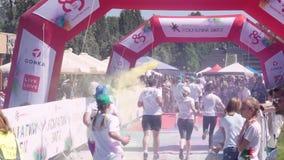 De afwerking van de marathon in Zaporozhye, het festival 'helder ras '2018, Zaporizhstal, vele mensen lanceert in wit T stock footage