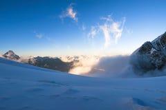 De afwijking van de bergsneeuw in de bergen r Altai, Rusland stock foto