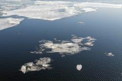 De afwijking van het ijs op de rivier Het ijs in het water Stock Afbeeldingen