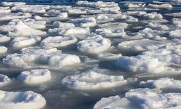 De afwijking van het ijs op de rivier Royalty-vrije Stock Afbeeldingen
