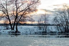 De afwijking van het ijs op de rivier stock foto