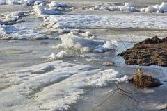 De afwijking van het ijs op de rivier de grote vlotter van ijsijsschollen stock afbeeldingen