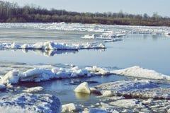De afwijking van het ijs op de rivier de grote vlotter van ijsijsschollen royalty-vrije stock afbeelding