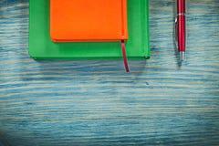 De agenda boekt pen op het houten concept van het raadsonderwijs royalty-vrije stock fotografie