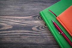 De agenda boekt pen op het uitstekende houten concept van het raadsonderwijs royalty-vrije stock afbeeldingen