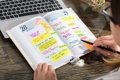 De Agenda van Businesspersonwriting schedule in royalty-vrije stock foto