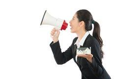 De agent die van het huisbedrijf grote megafoon houden Stock Afbeeldingen