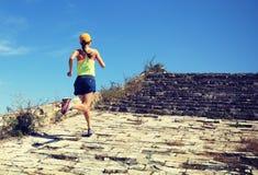 De agent die van de vrouwensleep op de grote muurbovenkant lopen van berg Stock Fotografie
