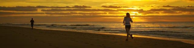 De agent loopt door het strand Royalty-vrije Stock Foto's