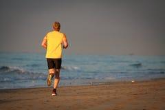 De agent loopt door het strand Stock Afbeelding
