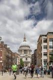 De agenten dichtbij St Pauls Cathedral stoten afgelopen toeristen aan stock afbeeldingen